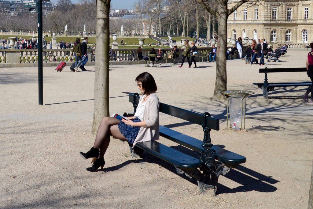 Les-2-Vrijetijdskleding-Parisienne-op-bankje