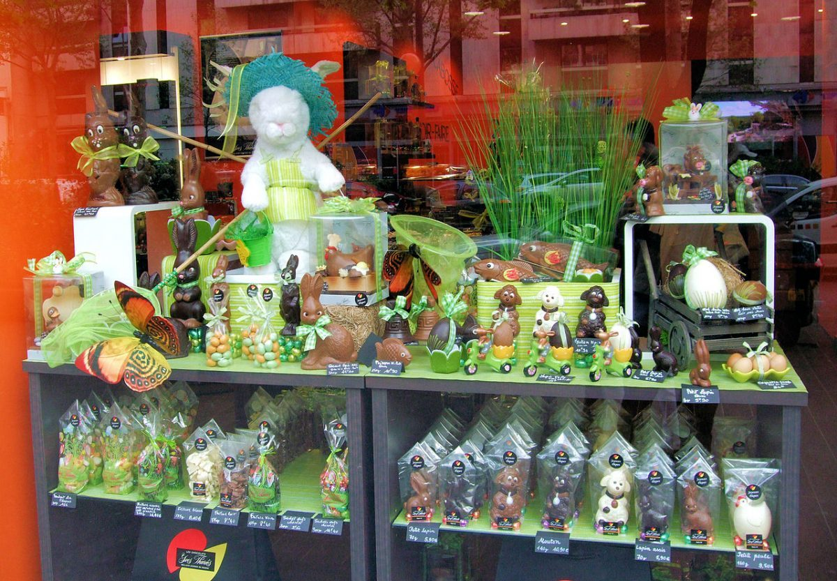Chocolate_Easter_Bunnies_In_The_14th_Arrondissement,_Paris_Jim Linwood