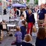 Een acccordeonist en families in rue Cler, Parijs